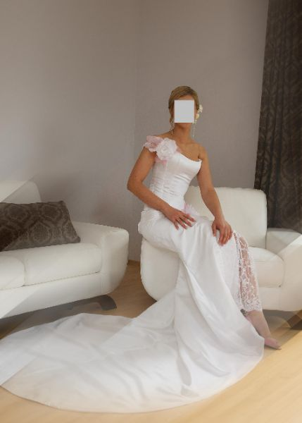 Dizaineres kurta vestuvine suknele